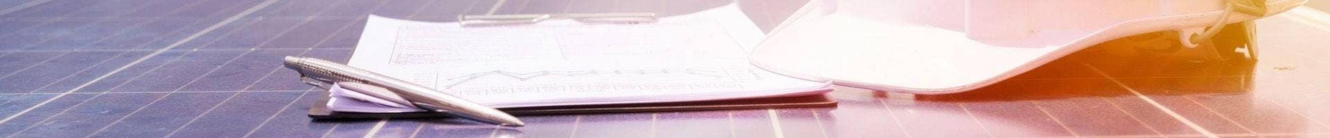 dokumenty z długopisem i kaskiem